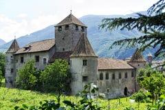 De historiska härliga väggarna och de runda tornen av slotten Arkivfoton