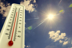 De hitte, thermometer toont de temperatuur in de hemel, de Zomer heet is stock fotografie