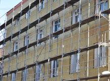 De Hitteisolatie van de huismuur met Glasvezel en Steenwol voor Huisenergie - besparing Openlucht De efficiencyconcept van de ene Royalty-vrije Stock Foto's