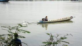 De hobby van Thaise mensen in vakantie vist bij chaophrayarivier stock videobeelden