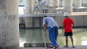 De hobby van Thaise mensen in vakantie vist bij chaophrayarivier stock footage