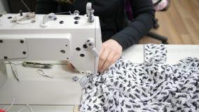 De hobbys en de vrije tijd, naaimachine in verrichting maken binnen modieuze kleren van duur weefsel stock video