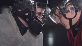 De hockeykeeper en door:sturen face to face of striker een slag van testament stock footage