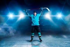 De hockeyspeler hief zijn handen op omhoog, winnaar royalty-vrije stock foto