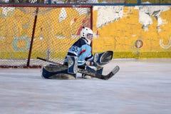 De hockeyspelers schiet de puck en de aanvallen stock afbeelding