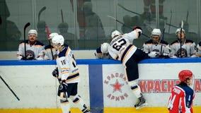 De hockeyspelers veranderen bij de gelijke stock video