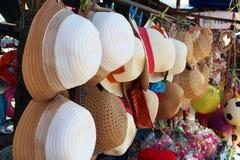 De hoed die omhoog voor verkoop hangen Royalty-vrije Stock Foto's
