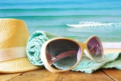 De hoed en de zonnebril van Fedora over houten lijst Royalty-vrije Stock Fotografie