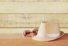 De hoed en de zonnebril van Fedora over houten lijst ontspanning of vakantieconcept stock fotografie