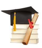 De hoed en het diploma van de graduatie Stock Afbeeldingen