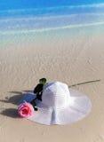 De hoed en nam in golven op een strand toe Royalty-vrije Stock Afbeeldingen
