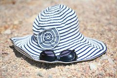 De hoed en sunglases van de zomer Stock Foto's