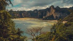 De Hoed Tom Sai Beach in Railay dichtbij Ao Nang, Krabi, Thailand royalty-vrije stock foto