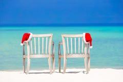 De hoed van close-upsanta op stoel op tropisch wit strand royalty-vrije stock foto's