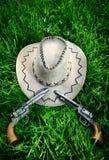De hoed van de cowboy en twee kanonnen Stock Foto's