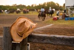 De hoed van de cowboy op een omheining Stock Fotografie