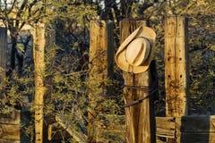 De Hoed van de cowboy op een Post stock fotografie