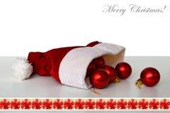 De hoed van de kerstman, Kerstmisballen en Vrolijke Kerstmistekst Stock Fotografie