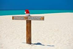 De hoed van de kerstman is op een strand stock afbeelding