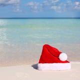 De Hoed van de kerstman op Strand stock foto's