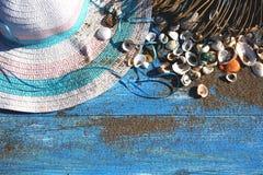 De hoed van de vrouwen` s zomer met een blauw lint op een houten achtergrond spr Stock Foto