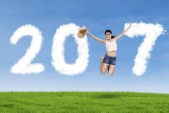 De hoed van de vrouwenholding en het springen met nummer 2017 Stock Afbeelding