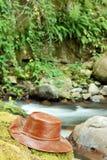 De hoed van het leer naast rivier Stock Afbeeldingen