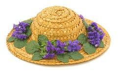 De hoed van het stro met bloemen royalty-vrije stock afbeeldingen