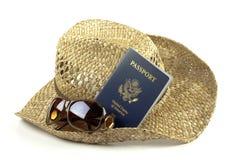 De hoed van het stro met glazen en paspoort Stock Fotografie