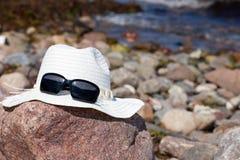 De hoed van het stro op grote rots Stock Fotografie