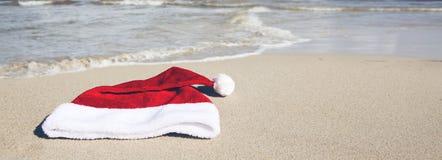 De hoed van de Kerstman op Caraïbisch strand De achtergrond van Kerstmis royalty-vrije stock foto