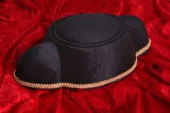 De hoed van stierenvechter en rode kaap stock fotografie
