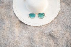 De hoeden en de glazen worden gevestigd op de overzeese blauwe overzeese stranden op een duidelijke dag stock foto's