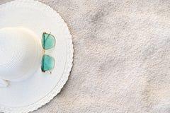 De hoeden en de glazen worden gevestigd op de overzeese blauwe overzeese stranden op een duidelijke dag royalty-vrije stock afbeeldingen