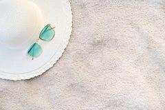 De hoeden en de glazen worden gevestigd op de overzeese blauwe overzeese stranden op een duidelijke dag royalty-vrije stock foto's
