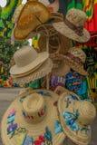 De hoeden van de de hoedenzon van het de zomerstrand voor verkoop bij ambachtmarkt stock fotografie