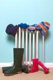 De hoeden van kinderen, handschoenen en wellies door radiator Royalty-vrije Stock Foto