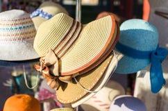De hoeden van de strovrouw ` s met kleurrijke bogen stock foto