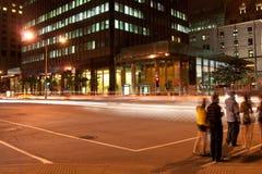 De hoek van de straat bij nacht Stock Foto's