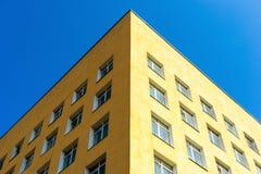 De hoek van het gebouw tegen de hemel De architectuur van de stad royalty-vrije stock fotografie