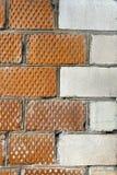 De hoek van het huis wordt gemaakt van bakstenen met een decoratief hoekelement Royalty-vrije Stock Fotografie