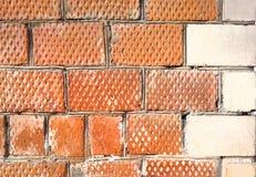 De hoek van het huis wordt gemaakt van bakstenen met een decoratief hoekelement Stock Afbeelding
