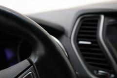 De hoek van het leer zwarte stuurwiel in de auto royalty-vrije stock foto