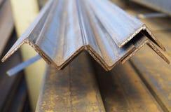 De hoek van het metaalprofiel in pakken bij het pakhuis van metaalproducten Stock Foto