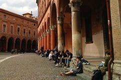 De hoek van lezers bij Piazza Santo Stefano, Bologna stock afbeeldingen