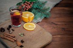 De hoekmening overwoog wijn met citrusvrucht, kaneel, cardamon en anijsplantkruiden en spar Kerstmis comfortabel stilleven op hou stock afbeeldingen