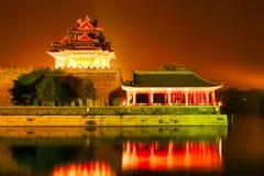 De hoektorens van de nachtverlichting van de Verboden Stad Peking, China stock foto