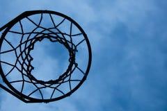 De hoepel van het basketbal met hemelachtergrond stock afbeeldingen