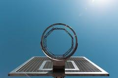 De hoepel van het straatbasketbal tegen blauwe hemel stock afbeelding