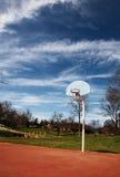 De hoepelmand van het basketbal op hof Royalty-vrije Stock Foto